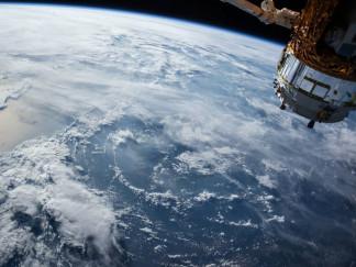 Satellit umkreist die Erde